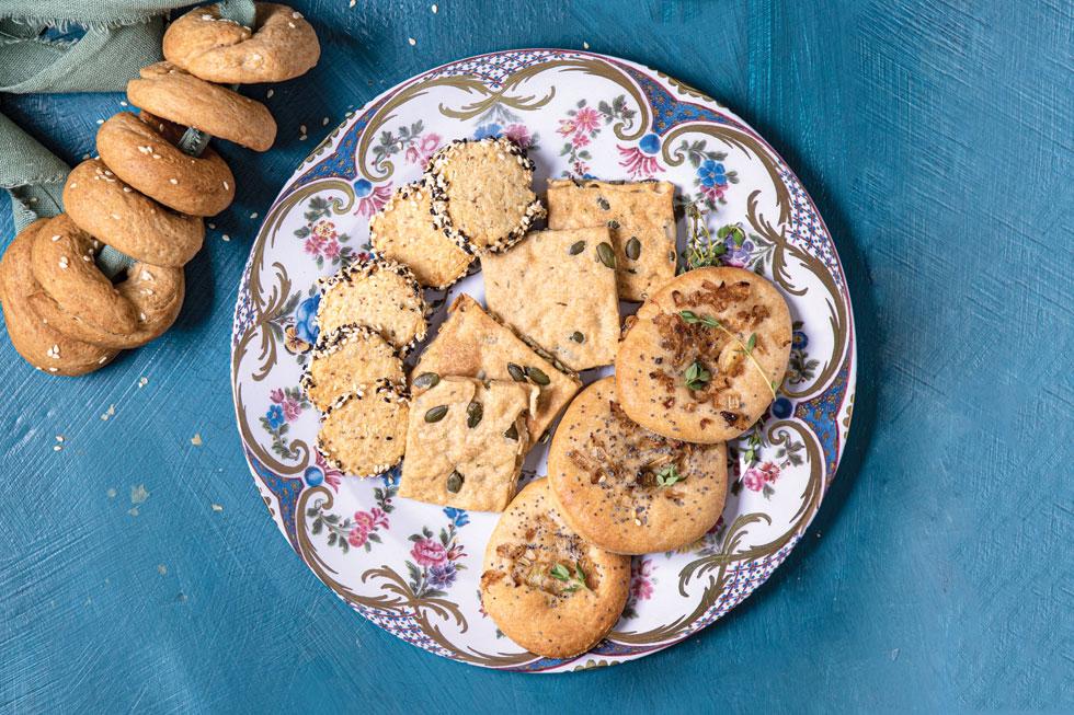 עוגיות מלוחות בשלל טעמים (צילום: שרית גופן, סגנון: עמית דונסקוי)