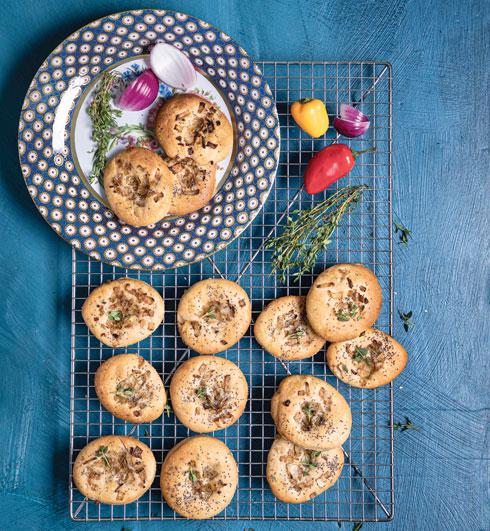 עוגיות בצל (צילום: שרית גופן, סגנון: עמית דונסקוי)