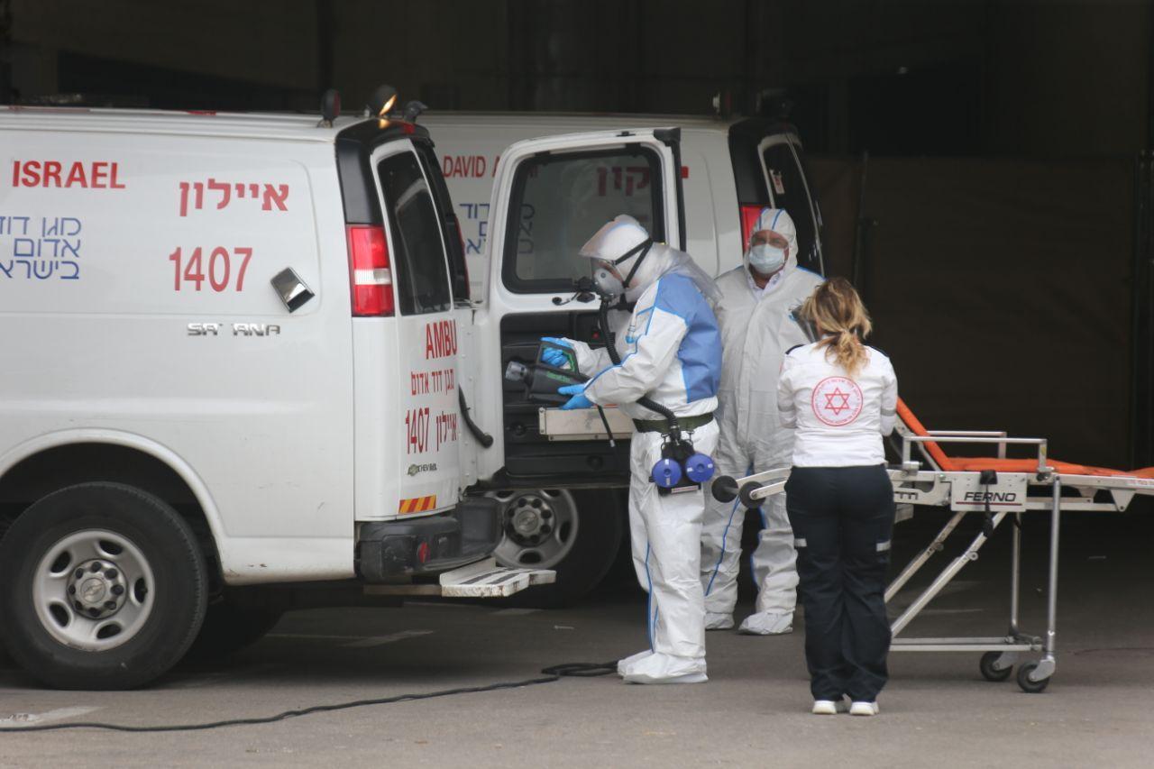 Эвакуация больного коронавирусом. Фото: Моти Кимхи (צילום: מוטי קמחי )