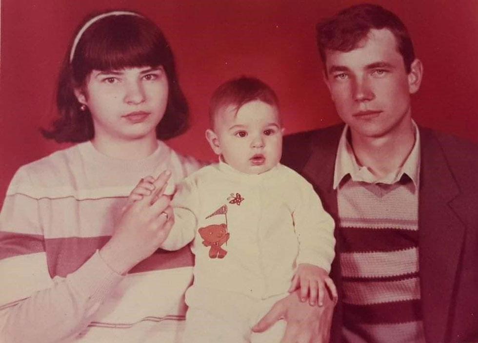 """תמונת ילדות, עם ההורים. """"לא ידעתי מי אני באמת"""" (צילום: אלבום פרטי)"""