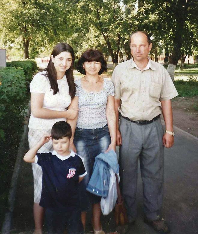 """עם ההורים והאח בבלארוס. """"הייתי כהה עם עיניים מלוכסנות"""" (צילום: אלבום פרטי)"""
