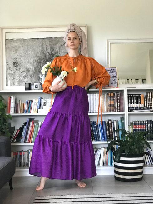 """""""אני מתלבשת כרגיל. כרגע אני פחות מרגישה צורך להעלות צילומי אופנה, אבל אולי זה ישתנה מחר"""". מור קציר בביתה"""