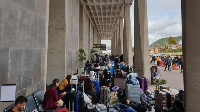 ישראלים בשדה התעופה בפרו (צילום: עידו פוטרמן)
