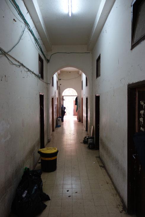 מסדרון בישיבה המתרוקנת, בשעת הפיזור והסגירה (צילום: מיכאל יעקובסון)
