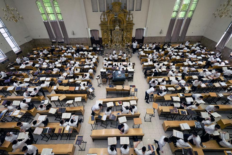 אולם התפילה העצום של ישיבת פוניבז' בימים כתיקונם. הישיבה הגדולה והמפורסמת ביותר בבני ברק (צילום: שאול גולן)
