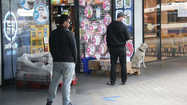 הסופרים בתל אביב: האם שומרים על מרחק של שני מטרים בתורים בעקבות התפשטות הקורונה (צילום: מוטי קמחי)