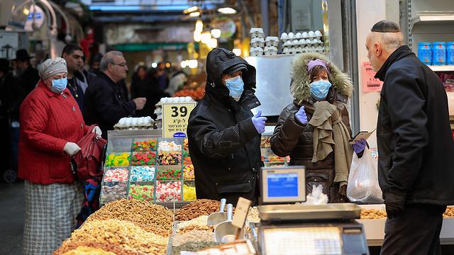קונים עם מסכות שוק מחנה יהודה ירושלים נגיף קורונה (צילום: AFP)