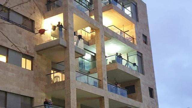 Иерусалим аплодирует медикам. Фото: Йоав Дудкевич