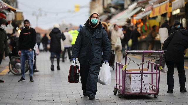 קונים עם מסכות שוק מחנה יהודה ירושלים נגיף קורונה (צילום: EPA)