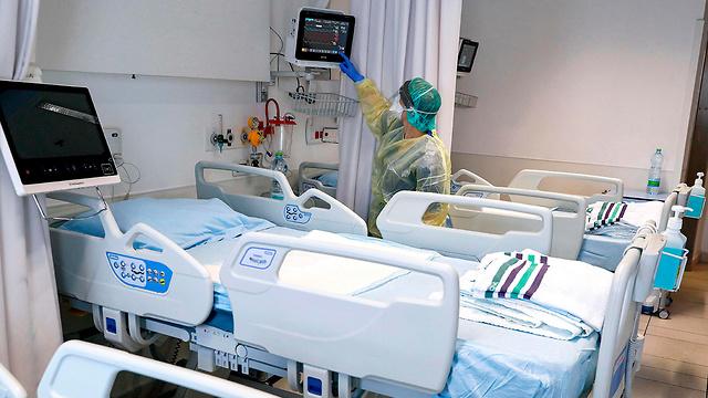 הכנת מתקן אשפוז חולי קורונה בית חולים אסותא אשדוד (צילום: AFP)