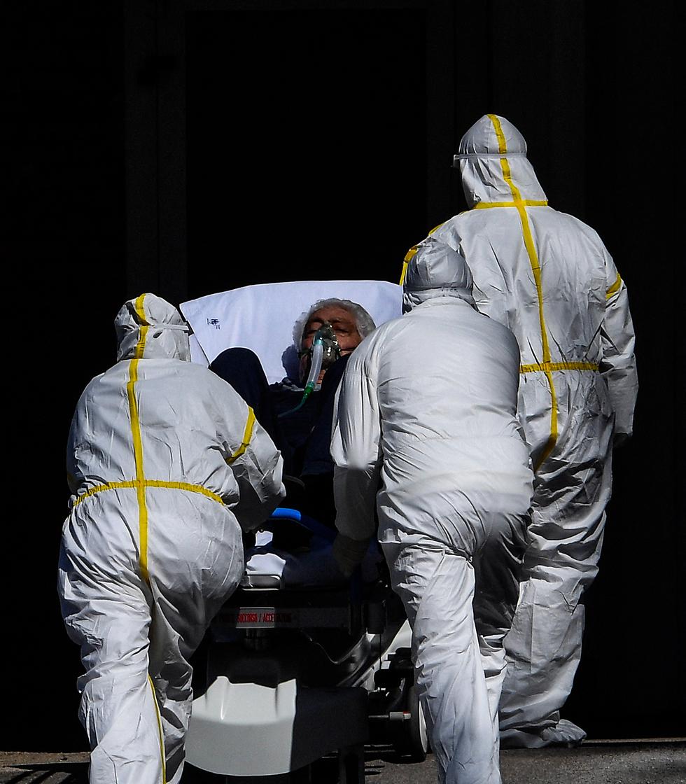פינוי חולה בנאפולי (צילום: mct)