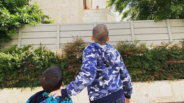 עידו ורון שחר מבית דגן מדברים ברחוק עם הסבים איילה ואיציק מרמת השרון ()