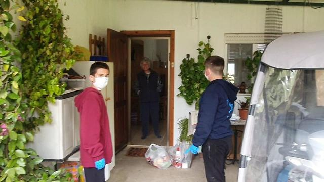 בני נוער מקיבוץ כפר סאלדהתגייסו לסייע לקשישים ביישוב (צילום: מירי יציב )