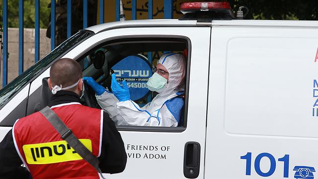 """У въезда на территорию больницы """"Вольфсон"""" в Холоне. Фото: Авигайль Узи"""