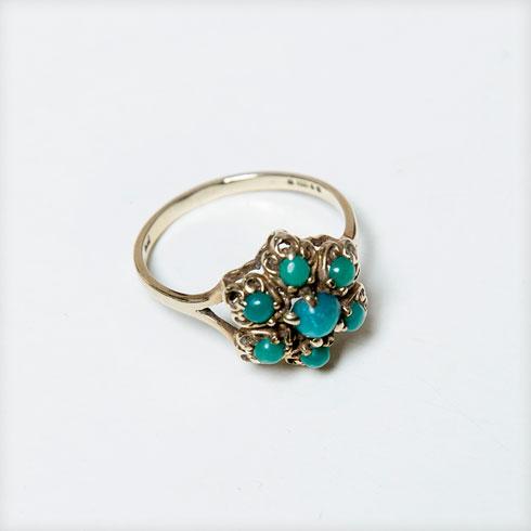 """""""בן זוגי קנה לי במתנה שרשרת עתיקה שלא אהבתי, אז החלפתי אותה בטבעת. הוא הופתע שאני קונה טבעת, שבעצם מגיעה ממנו. וכן, יש בזה משהו סימבולי""""  (צילום: ענבל מרמרי)"""