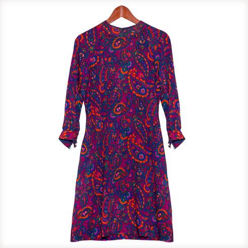 """""""היו לי שלוש דודות שחיו עד יום מותן יחד בקווינס, ניו יורק. להנאתן הן תפרו בגדים מדהימים, אבל במידה פטיט. מאחר שאני הייתי היחידה במשפחה שיכלה ללבוש אותן, הן עברו אליי. נשארו לי כמה מהן בארון, כמו השמלה הסגלגלה הזאת שעשויה מבד עדין""""  (צילום: ענבל מרמרי)"""