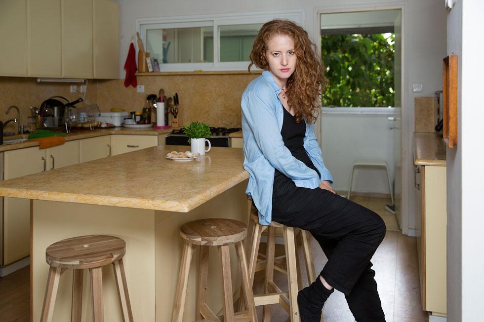 """""""אי אפשר היום לשכנע אותי שלהזריק בוטוקס זה טוב"""". קרת במטבח (צילום: ענבל מרמרי)"""
