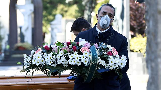 הלוויה לחולה קורונה ליד ברגמו איטליה (צילום: רויטרס)