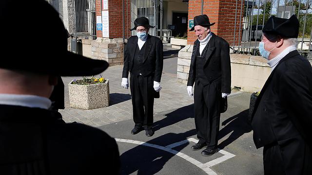 הלוויה לחולה קורונה צרפת (צילום: רויטרס)