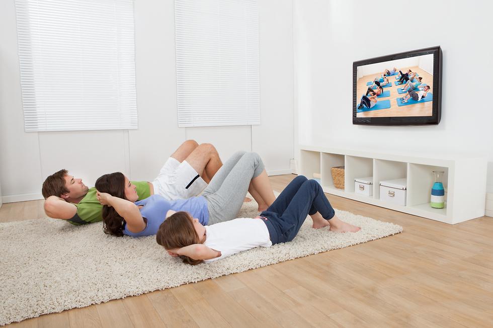 פעילות גופנית משפחתית בבית (צילום: Shutterstock)