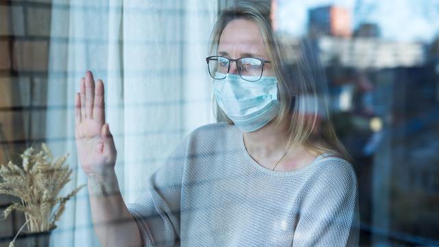אישה מבודדת ועצובה (צילום: Shutterstock)