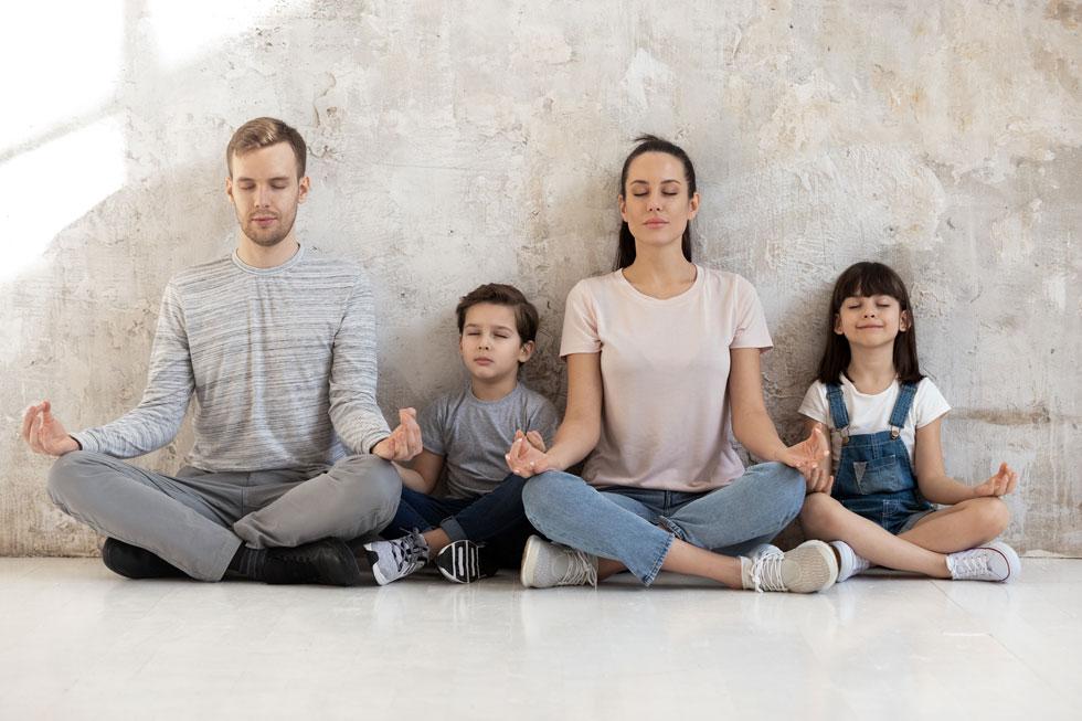 אפשר לסייע לילדים לפתח מודעות שמאפשרת להם גם ללמוד איך להירגע בזמנים סוערים (צילום: Shutterstock)