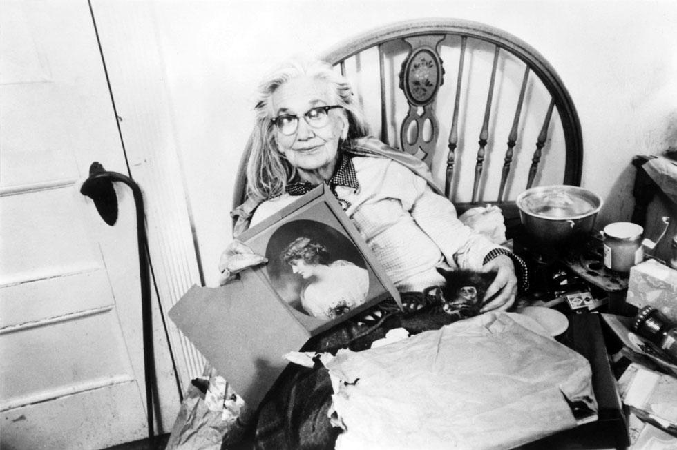 האם המבוגרת הסתפקה במשקפיים חתוליים, סדינים צבעוניים שהפכו לשמלות וכובעי קש גדולים שנראו חסרי קונטקסט כאשר חבשה אותם בחדר המיטות (צילום: rex/asap creative)
