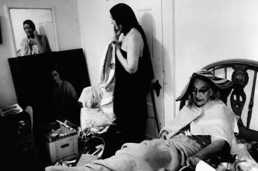 האם והבת חיו באחוזה בת 28 חדרים בעיירת הנופש היוקרתית איסט המפטון, שאינה ראויה למגורי אדם: ללא מים זורמים, מוקפות חתולים ודביבונים שפלשו לחדרים דרך חורים בקירות (צילום: rex/asap creative)