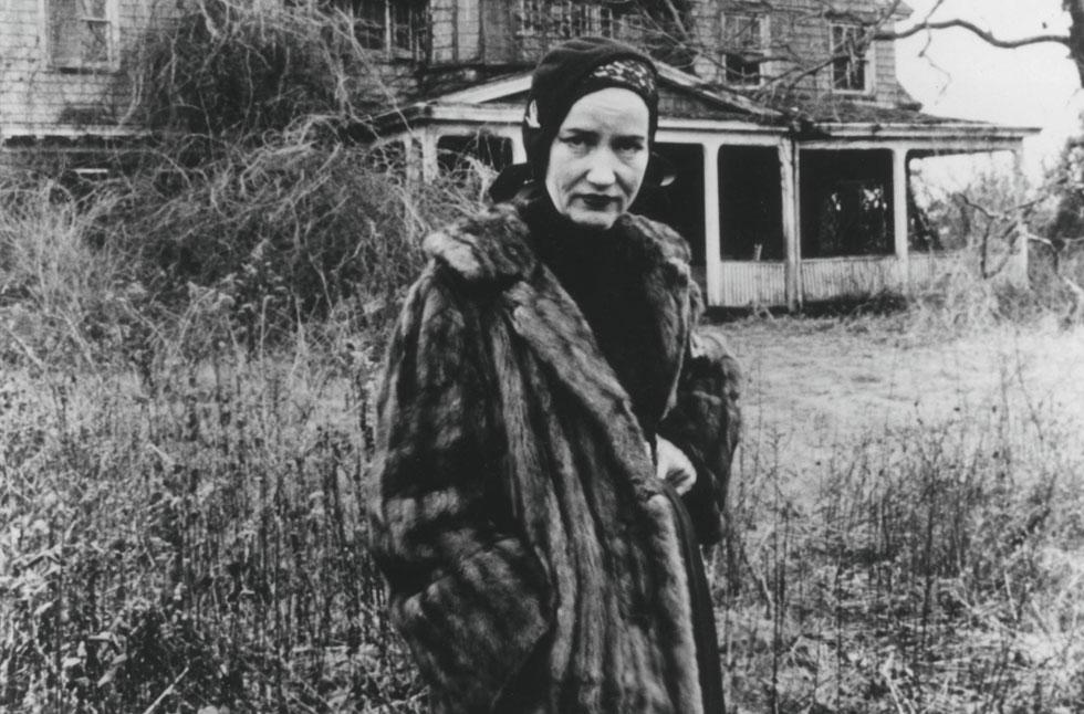 """לא בכל יום פוגשים אריסטוקרטיה מתפוררת המציגה עליבות מפוארת. אידי הקטנה בסרט """"הגנים האפורים"""", 1975 (צילום: rex/asap creative)"""