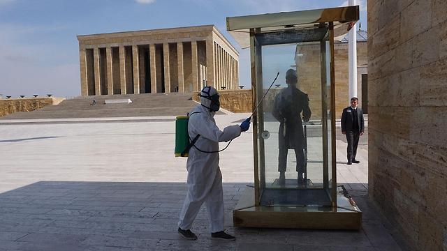 חיטוי נגיף קורונה אנקרה טורקיה (צילום: AFP)