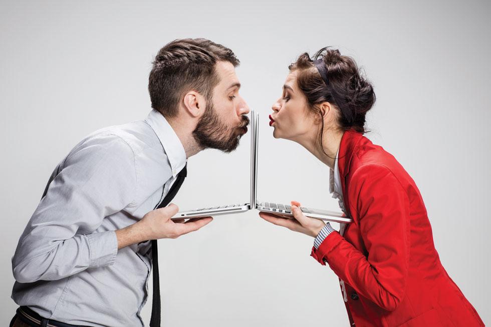 באמת אחראי להיפגש בימים אלה עם מישהו זר? (צילום: Shutterstock)
