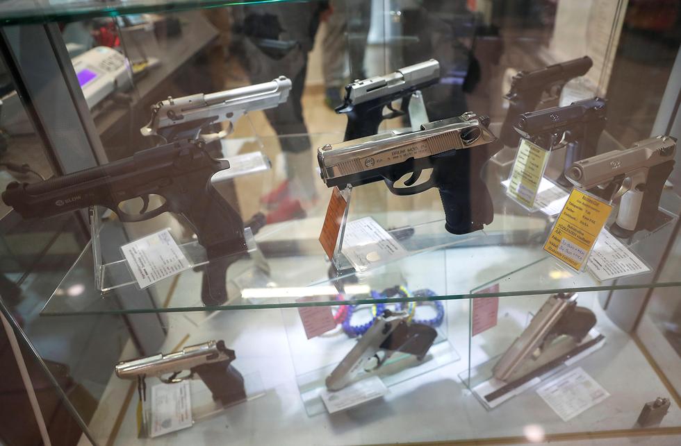 נגיף קורונה קונים נשק אקדחים בודפשט הונגריה (צילום: רויטרס)