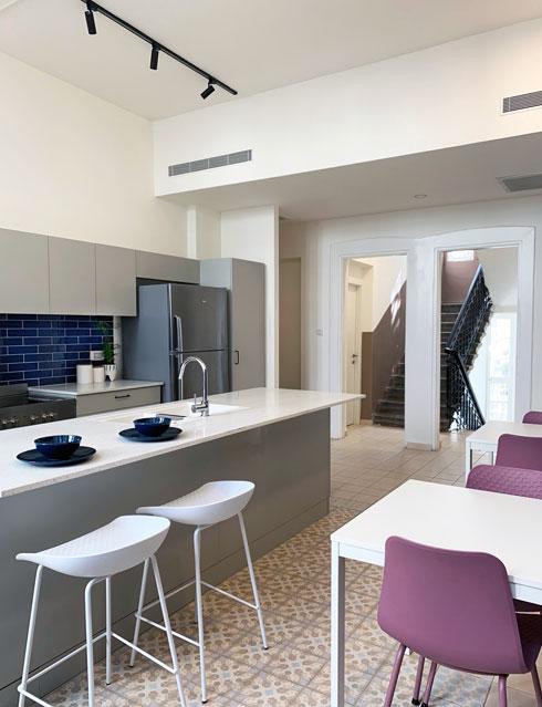 קיר שהפריד בין המטבח לחדר המדרגות נהרס, כדי להכניס אור (צילום: יוליה ריידר)