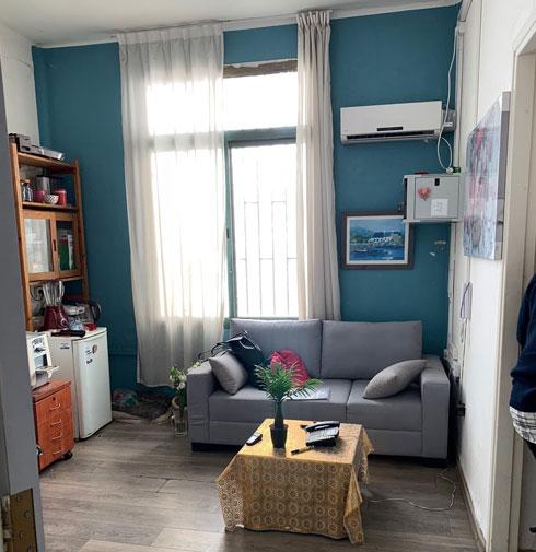 סלון בדירת מעבר, לפני (צילום: יוליה ריידר)