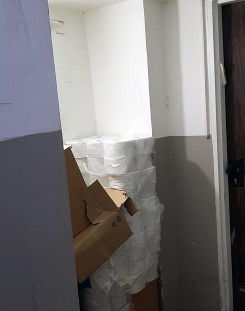 מבואת הבניין היתה קודם מחסן סגור (צילום: סטודיו A3)