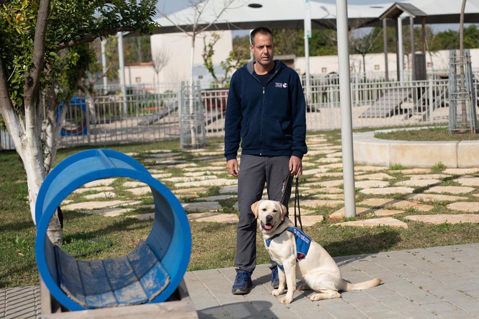 """פעילות במרכז. """"כשהכלב בן עשר, אנחנו מתחילים לחשוב איך הוא יוצא לפנסיה"""" (צילום: טל שחר)"""