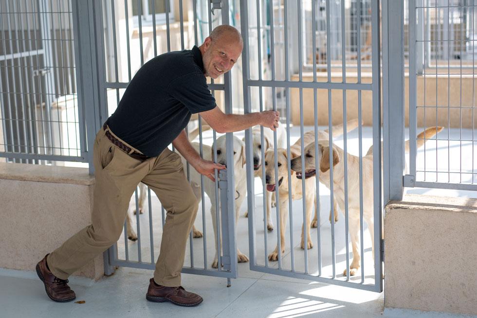 """נח בראון עם חברים. """"הכל נבע מהאהבה שלי לאדם, לבעלי חיים בכלל ולכלבים בפרט"""" (צילום: טל שחר)"""