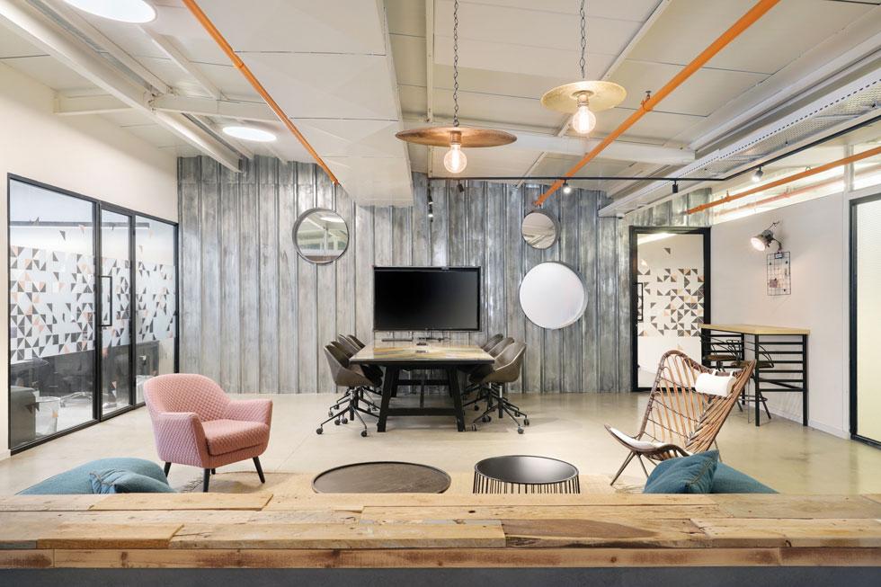 אין במשרדים עץ חדש - הכול היה בשימוש בעבר וזכה להסבה (צילום: ערן תורגמן)