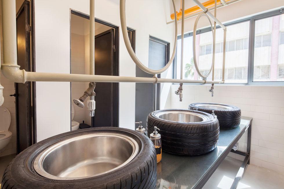 הכיורים בחדר השירותים: מגיגיות ישנות ומצמיגים משומשים (צילום: ערן תורגמן)