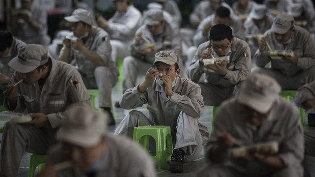 נגיף קורונה מחוז חוביי פועלים אוכלים ארוחת צהריים מרחק 2 מטר ווהאן 24 מרץ (צילום: gettyimages)