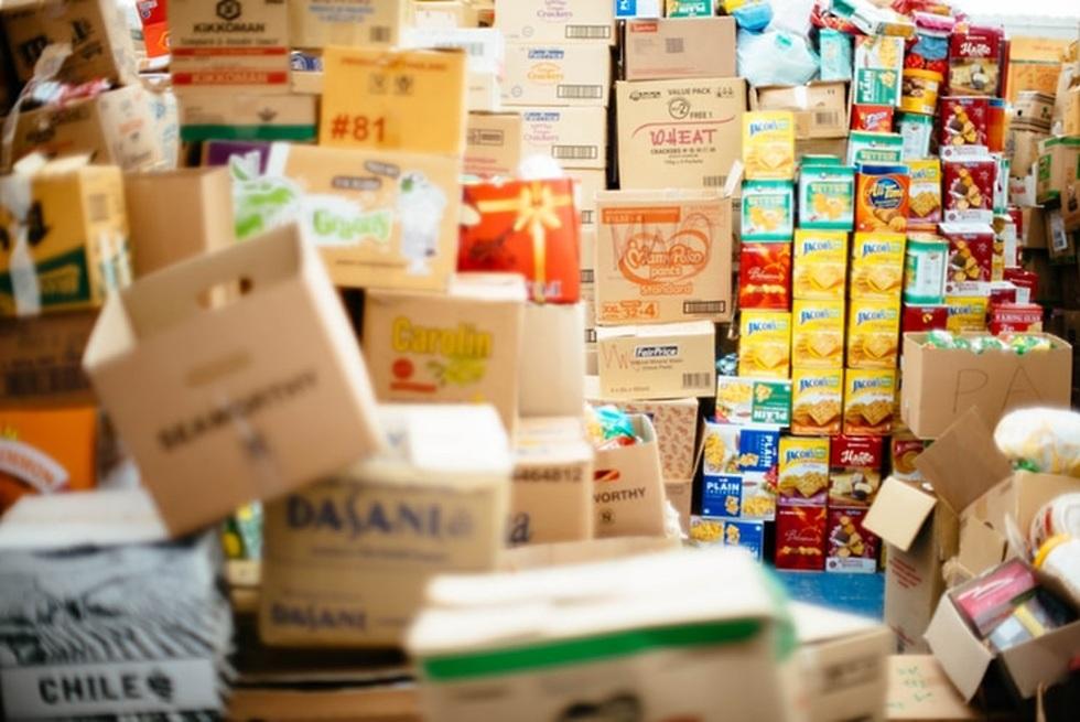 מחסן מלא בארגזי מזון ()