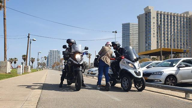 Полиция наблюдает за выполнением правил ЧП. Фото: Барэль Эфраим