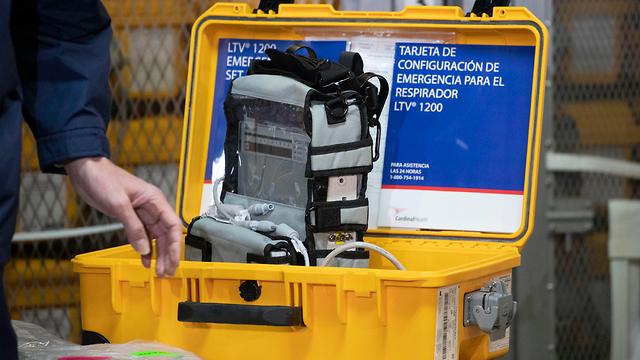 Врачам приходится решать, кому жить, а кому умереть. Аппарат искусственного дыхания в одной из больниц Нью-Йорка. Фото: AP