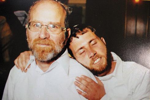 """אברהם ובנו יהודה ז""""ל. """"היינו קרובים אחד לשני והוא מאוד חסר לי"""" (צילום: אלבום ביתי)"""