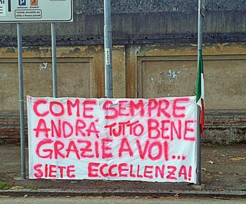 """התושבים מרעיפים אהבה. שלט מאולתר שאומר: """"הכל יהיה בסדר בזכותכם"""" (צילום: אלבום פרטי)"""