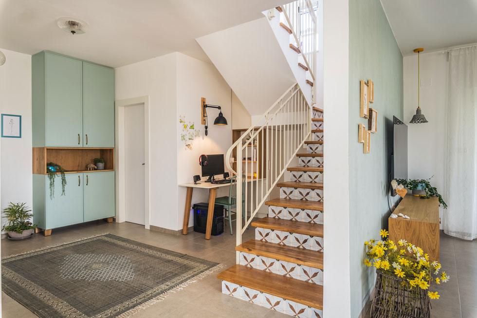 הזדמנות לשקט למרגלות המדרגות. עיצוב: אסנת קציר (צילום: עינת דקל)