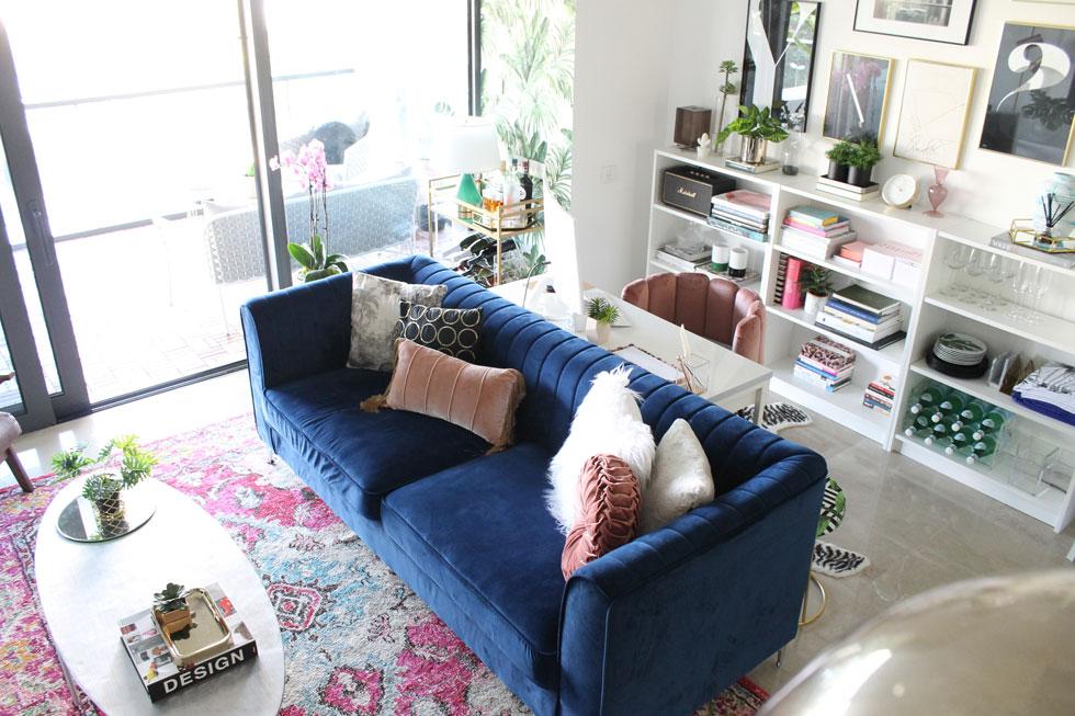כשהמקום לא גדול, נדרשת יצירתיות. המעצבת לימור אורן מיקמה את שולחן העבודה שלה בין הספרייה לגב הספה (צילום: לימור אורן)