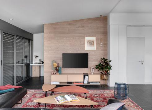השולחן מתחבא מאחורי קיר הטלוויזיה. עיצוב: מירי בן בסט (צילום: עודד סמדר)