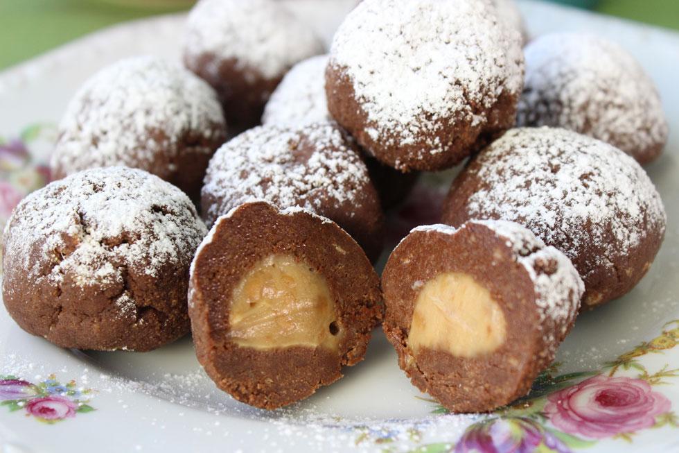 גם הפעלה לילדים, גם אופציה להפגת מתחים וגם קינוח טעים - צריך יותר מזה? כדורי שוקולד ממולאים (צילום: אורה קורן)