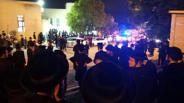 פשיטה משטרתית על בית הכנסת הרמ